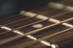 Macro fin vers le haut de tir des ficelles de guitare acoustique sur l'éclat du soleil Musique images stock