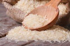 Macro flaque de long riz sec hors du sac sur la table Image libre de droits