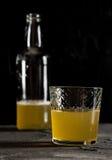 Macro foncé frais de plan rapproché de photo de bière de gingembre Photos libres de droits