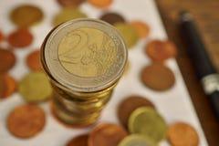 Macro fond d'argent fait en colonne d'euro pièces de monnaie Images stock