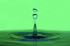 Macro fondo di verde del primo piano della goccia di acqua Immagini Stock