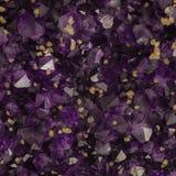 Macro foto dei cristalli ametisti con i cubi gialli della calcite fotografia stock libera da diritti