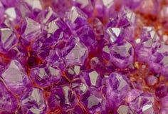 Macro foto dei cristalli di ametista di colore della lavanda fotografia stock libera da diritti