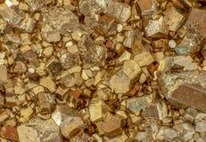 Macro foto dei cubi dorati della pirite di colore fotografie stock
