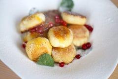 Macro foto dei dolci saporiti luminosi del formaggio con le bacche fotografie stock