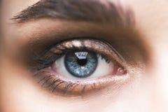 Macro foto dell'occhio del ` s della giovane donna Fotografie Stock Libere da Diritti