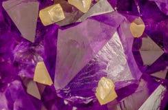 Macro foto di alto ingrandimento dei cristalli ametisti con i cubi gialli della calcite fotografia stock libera da diritti