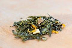 Macro foto di tè La composizione del mucchio del fiore secco dell'ibisco situato su un bordo di legno Tè naturale verde con le fo Immagine Stock