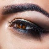 Macro foto quadrata di distogliere lo sguardo marrone dell'occhio della donna Fotografia Stock