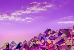 Macro foto surreale dei cristalli ametisti e del cielo fotografia stock