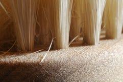Macro-fotografia das cerdas de uma escova de cabelo de madeira foto de stock
