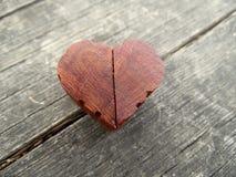Macro fotografia del cuore di legno di Brown con i bordi scolpiti Immagini Stock Libere da Diritti