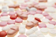 Macro fotografia delle pillole medicinali variopinte Immagini Stock
