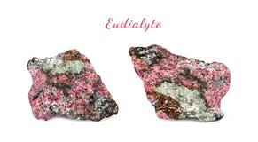 Macro fucilazione della pietra preziosa naturale Esemplare naturale della roccia di eudialyte Oggetto isolato su una priorità bas Immagini Stock