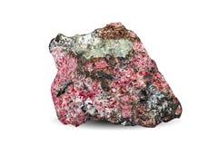 Macro fucilazione della pietra preziosa naturale Esemplare naturale della roccia di eudialyte Oggetto su un fondo bianco Immagini Stock Libere da Diritti