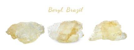 Macro fucilazione della pietra preziosa naturale Il berillo minerale crudo, Brasile Oggetto isolato su una priorità bassa bianca Fotografie Stock Libere da Diritti