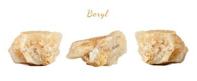 Macro fucilazione della pietra preziosa naturale Il berillo minerale crudo, Brasile Oggetto isolato su una priorità bassa bianca Immagini Stock Libere da Diritti