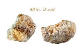 Macro fucilazione della pietra preziosa naturale Il minerale crudo è albite, Brasile Oggetto isolato su una priorità bassa bianca Fotografie Stock