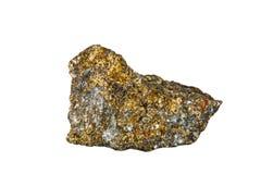 Macro fucilazione della pietra preziosa naturale Il minerale crudo è calcopirite Oggetto isolato su una priorità bassa bianca Fotografie Stock
