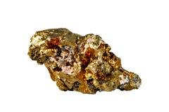 Macro fucilazione della pietra preziosa naturale Il minerale crudo è calcopirite Oggetto isolato su una priorità bassa bianca Fotografia Stock
