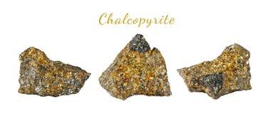 Macro fucilazione della pietra preziosa naturale Il minerale crudo è calcopirite Oggetto isolato su una priorità bassa bianca Fotografia Stock Libera da Diritti