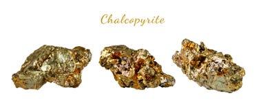 Macro fucilazione della pietra preziosa naturale Il minerale crudo è calcopirite Oggetto isolato su una priorità bassa bianca Immagini Stock
