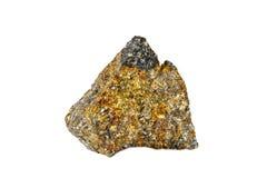 Macro fucilazione della pietra preziosa naturale Il minerale crudo è calcopirite Oggetto isolato su una priorità bassa bianca Immagine Stock