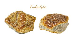 Macro fucilazione della pietra preziosa naturale Il minerale crudo è eudialyte Oggetto isolato su una priorità bassa bianca Fotografia Stock