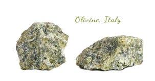 Macro fucilazione della pietra preziosa naturale Olivina minerale cruda L'Italia Oggetto isolato su una priorità bassa bianca Fotografia Stock