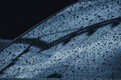 Macro goccia di rugiada trasparente sull'automobile del nero dello specchio, primo piano dell'acqua piovana, fondo della natura fotografia stock libera da diritti