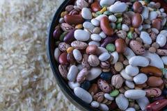 Macro haricots crus de soupe à variété et riz blanc photo stock