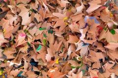 Macro hiérarchisé des copeaux colorés de crayon photos stock