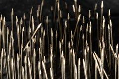 Macro image contrastée des points de couture en acier de goupille droite dans un groupement très désorganisé, assez pour conduire photo libre de droits