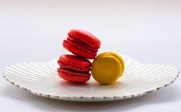Macro immagine dei macarons colourful su un piatto bianco Immagini Stock Libere da Diritti