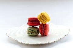 Macro immagine dei macarons colourful su un piatto bianco Fotografie Stock
