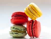 Macro immagine dei macarons colourful su un piatto bianco Fotografia Stock Libera da Diritti