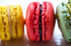 Macro immagine dei macarons colourful su un piatto bianco Fotografie Stock Libere da Diritti