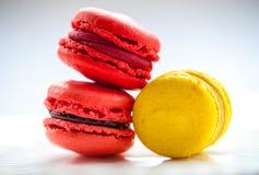 Macro immagine dei macarons colourful su un piatto bianco Fotografia Stock