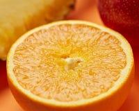 Macro immagine di mezza arancia matura per fondo immagine stock
