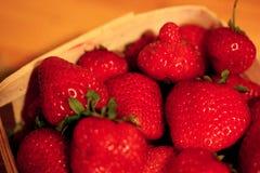 Macro ina Basket-2 delle fragole Immagini Stock