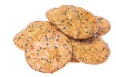 Macro japonês dos biscoitos do arroz do sésamo isolado Fotos de Stock