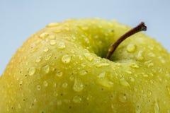 Macro jaune de pomme couvert de baisses de l'eau Image stock