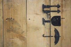Macro jet en bois de texture peint avec les icônes fragiles noires Photos libres de droits