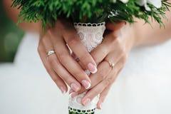 Macro jeune mariée tenant un bouquet photo stock