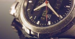 Macro longueur d'une montre de main avec le coutil d'occasion banque de vidéos