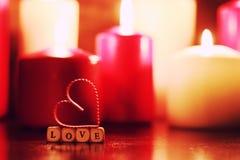 Macro lumière de bougie avec la forme de coeur Photographie stock