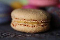 Macro macaron arancio pastello Immagini Stock Libere da Diritti
