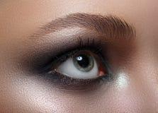 Macro Maquillage parfait et sourcils Beaux yeux gris photo libre de droits