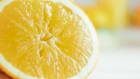 Macro metraggio del movimento lento della sgocciolatura del succo dall'arancia schiacciata video d archivio