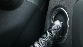 Macro metraggio di un autista femminile che preme un tasto di arresto di inizio e del motore di un'automobile stock footage
